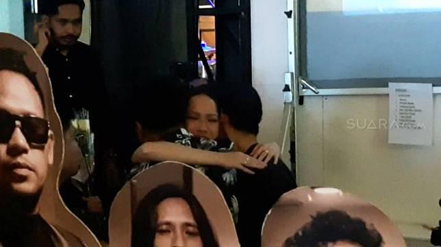 Penyanyi Bunga Citra Lestari menangis tersedu memeluk dua sahabatnya, Afgan dan Vidi Aldiano, di belakang panggung SQ Dome, Jakarta Selatan, Jumat (28/2/2020) malam. [Suara.com/Yuliani]