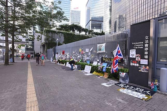 政府總部外有人放置抗議紙牌及鮮花。