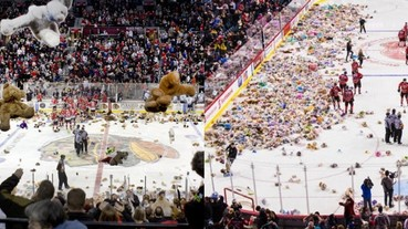 超壯觀!球迷將無數隻「泰迪熊」狂扔進冰球場內 現場下起玩偶雨的背後原因是...