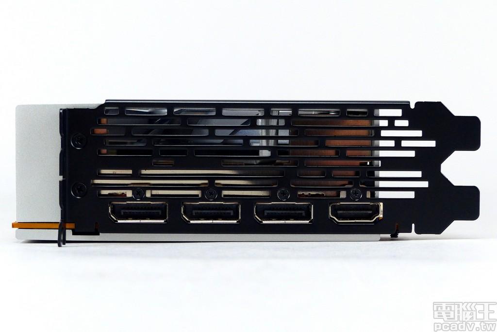 黑色介面卡檔板鏤空提供空氣對流,視訊輸出埠提供 1 個 HDMI 2.0、3 個 DisplayPort 1.4,支援 FreeSync 2 HDR