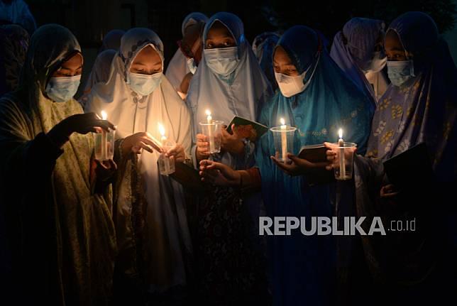 Santri Ponpes Nurul Hidayah Al Mubarokah, Andong, Boyolali, Jawa Tengah, Ahad (2/5) malam, melakukan tadarus bersama untuk memperingati Nuzulul Quran.