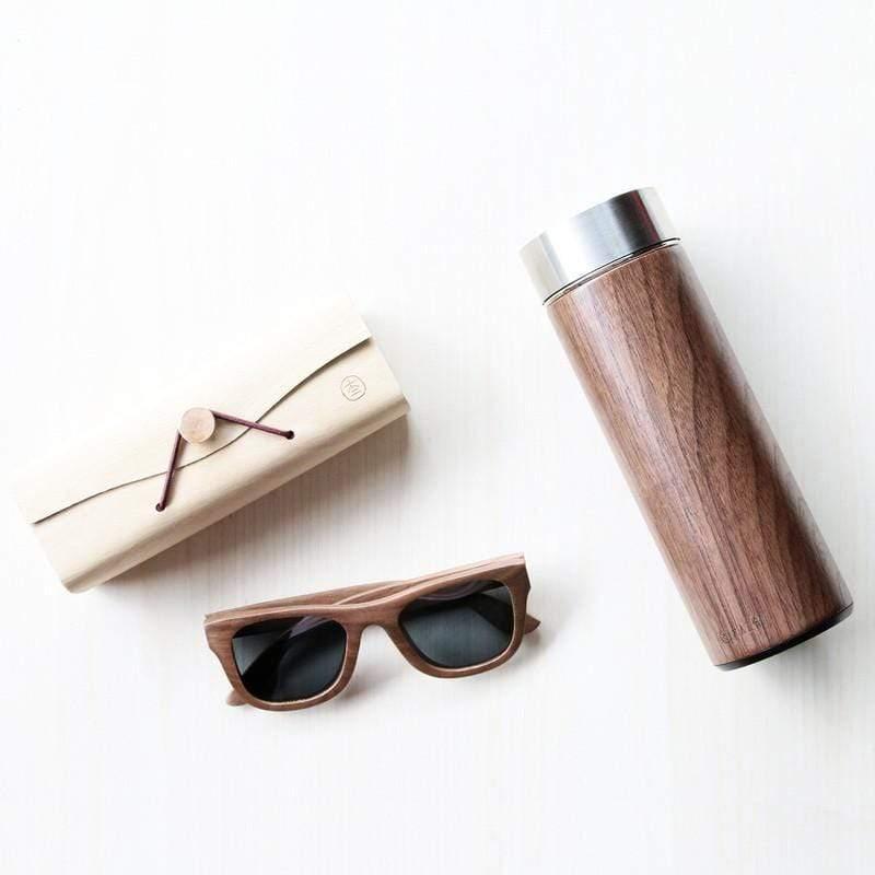 來自不同的元素,兩個元素的衝撞,造就無與倫比的完美結合。 商品規格 汋飲保溫瓶產地:台灣(TAIWAN) 保固:不銹鋼保溫效果三年保固 材質 : 瓶內鋼材:SUS304不銹鋼 瓶外材質:胡桃實木 上蓋