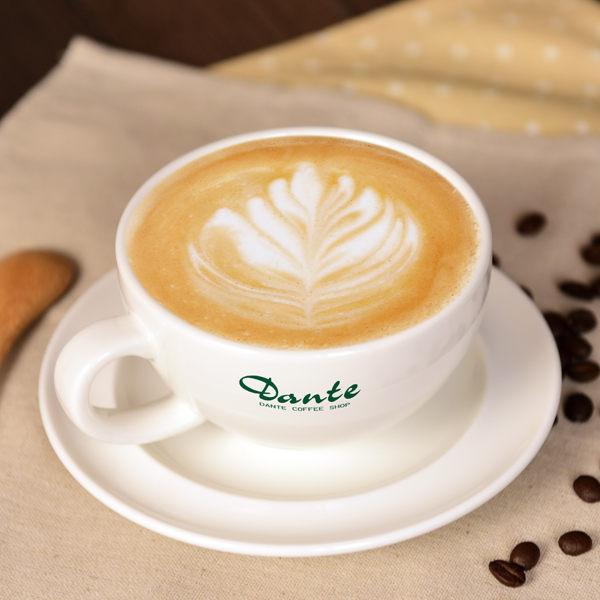 採用100%阿拉比卡咖啡豆,加入頂級鮮奶及細柔滑膩的奶泡,為您帶來充滿香濃咖啡味的浪漫。