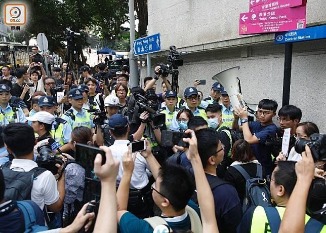 大批市民前往律政中心。(吳艷玲攝)
