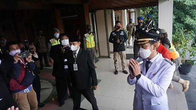 Gibran Rakabuming Raka dilantik menjadi Wali Kota Solo hari ini, Jumat (26/2/2021). Gibran datang ditemani istrinya Selvi Ananda tiba di Gedung DPRD Kota Solo.