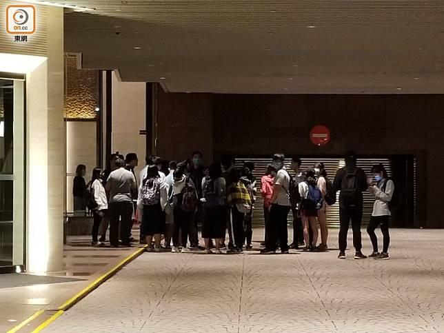 一批年輕人被帶到日航酒店。(梁頴福攝)