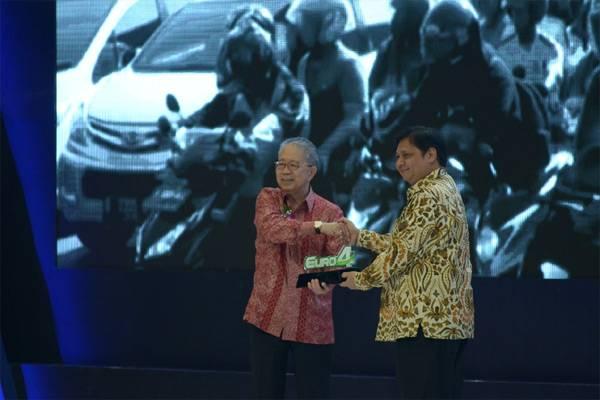 Ketua Umum Gaikindo Yohannes Nangoi (kiri) menyerahkan plakat komitmen penerapan standar Euro 4 kepada Menteri Perindustrian (ketika itu) Airlangga Hartarto, Kamis (2/8/2018)./Bisnis