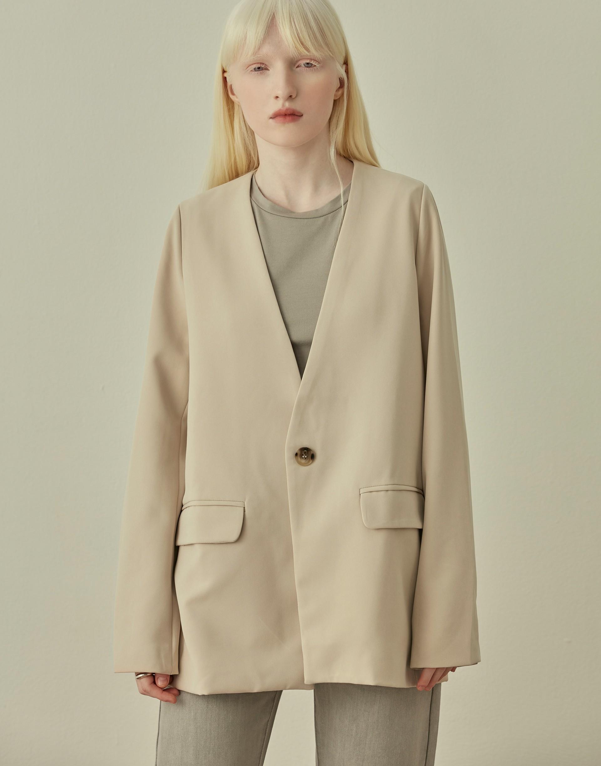 彈性:適中 高端質感西裝棉質料、無領設計、V領及袖口開一釦、有內裡、率性寬鬆修飾版型