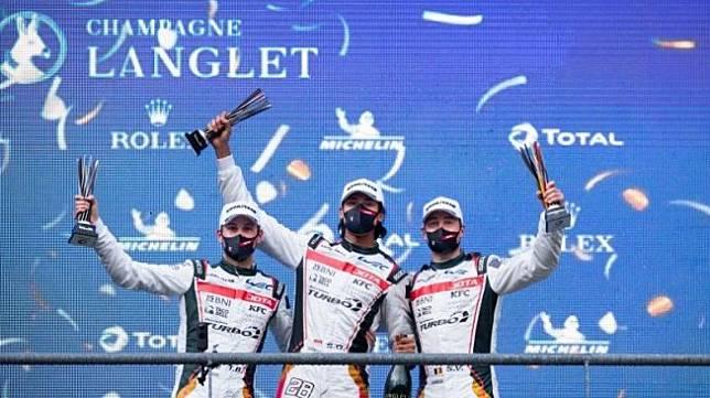 Pebalap Indonesia Sean Gelael (tengah) bersama dengan dua rekan satu timnya mengangkat trofi usai menduduki posisi ketiga FIA World Endurance Championship (WEC) di Sirkuit Spa Franchorchams, Belgia, Sabtu (1/5/2021) waktu setempat (HO/Tim JOTA)