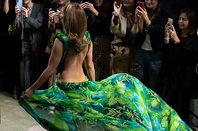 ▲蘿培茲重現這件經典禮服,嗨翻觀眾。(圖/達志影像)