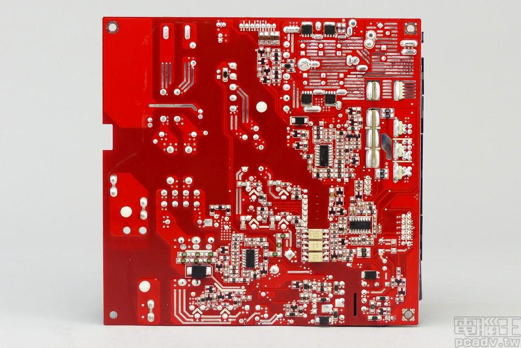 電路板背面採用紅色防焊漆,多數控制晶片安排於此