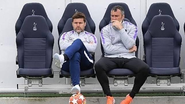 Manajer Tottenham Hotspur Mauricio Pochettino (kiri) dan pelatih kiper Toni Jimenez menyaksikan para pemainnya berlatih menjelang menghadapi Liverpool di final Liga Champions. Daniel LEAL-OLIVAS / AFP