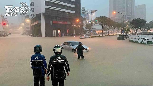 高雄昨(19日)多處傳出淹水災情,不少地區水都淹到小腿肚,民眾難以通行。圖/中央社