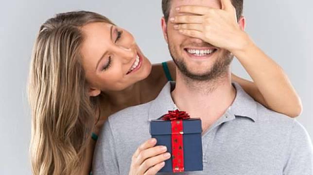 Ungkapan Tanda Cinta, 5 Zodiak Ini Hobi Banget Kasih Hadiah