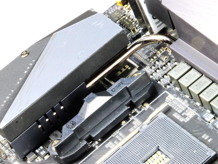 透過L型直觸式散熱管、堆棧式散熱鰭片和散熱裝甲的散熱設計,可以確保供電區域和M.2插槽都能得到有效的散熱效果。