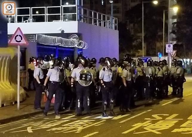 防暴警在警署外戒備。(胡德威攝)