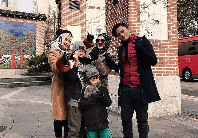 POTRET kebersamaan Lina Jubaedah bersama keempat anaknya.*