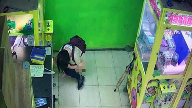 夾娃娃店又被民眾當成公廁了。圖/翻攝爆廢公社公開版臉書