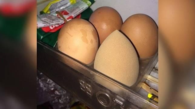 Beauty blender yang tampak seperti telur. [Twitter]