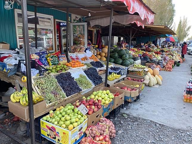 途中發現了一個市集,翻查地圖,這個地方叫Baiseit,有很多當地人在賣水果,每個攤檔都有一座宏偉的水果山,蔚為奇觀!(FoodieCurly鬈毛妹提供)