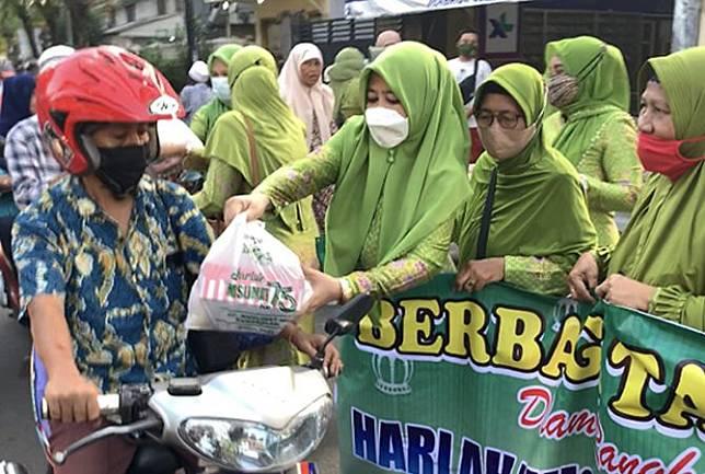 Muslimat NU Bagi-Bagi Takjil Gratis