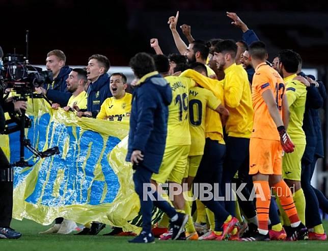 Para pemain Villarreal merayakan di akhir pertandingan leg kedua semifinal Liga Europa antara Arsenal dan Villarreal di Emirates Stadium di London, Inggris, Jumat (7/5) dini hari WIB. Pertandingan berakhir 0-0, Villarreal memenangkan pertandingan dengan skor 2-1. agregat.