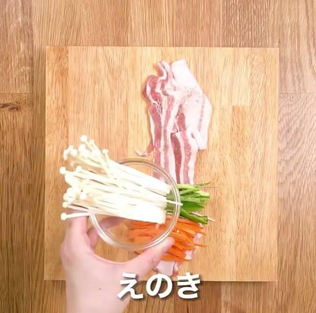 豚肉調味後放青椒絲、紅蘿蔔絲及金菇。(互聯網)