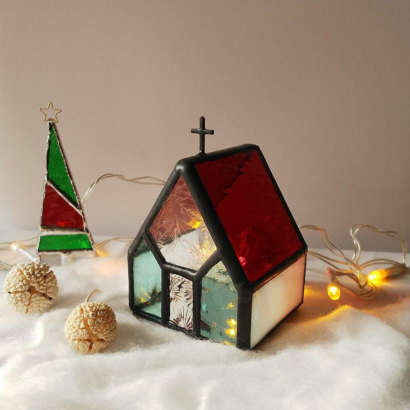 這是一個帶有紅色屋頂的教堂,氣氛愉快(^^♪