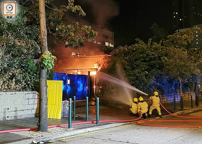 消防向尖沙咀警署內射水滅火。(沈厚錚攝)
