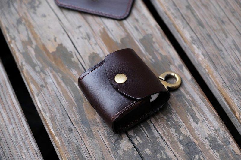 黑巧克力棕色油蠟牛皮製作,單釦設計好拿取收納,掛在背包或是隨身繫於褲子腰帶皮環,也可以是小配件之一,復古耐看,皮套保留充電孔設計,可於皮套保護使用下直接充電。