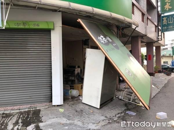 台中飲料店氣爆...2女高中生「等公車遭波及」送醫救治! 現場一片狼藉