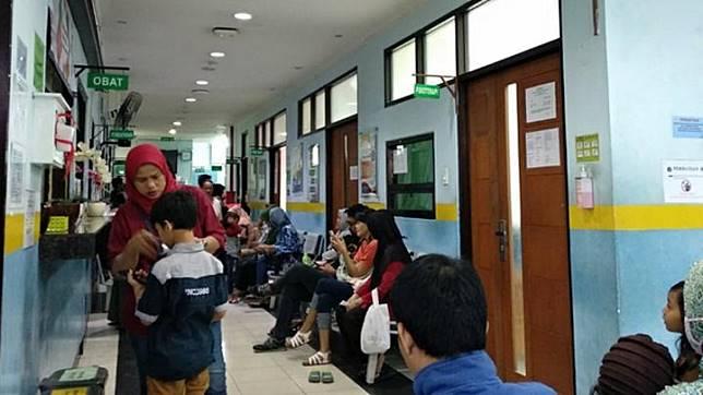 Suasana ruang tunggu pasien di Rumah Sakit Umum Daerah (RSUD) tipe D Kebayoran Lama, Jakarta Selatan tampak normal dan tak ada antrean menular meski harus melayani tambahan rujukan dari Puskesmas setelah terbitnya Berdasarkan Peraturan Direktur Jaminan Pelayanan Kesehatan BPJS Tahun 2018 soal rujukan berjenjang. Rabu, 3 Oktober 2018. Tempo/Fajar Pebrianto