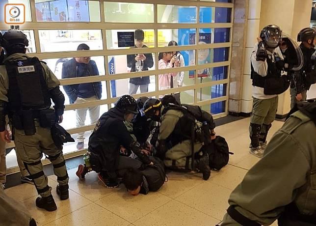 防暴警在新城市廣場內制服示威者。(何偉鴻攝)