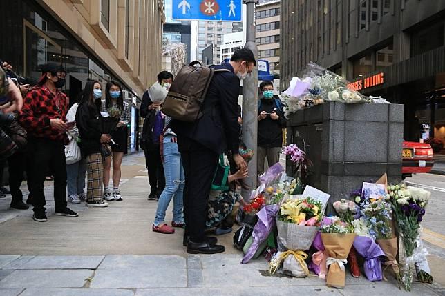 約廿名粉絲到場悼念。