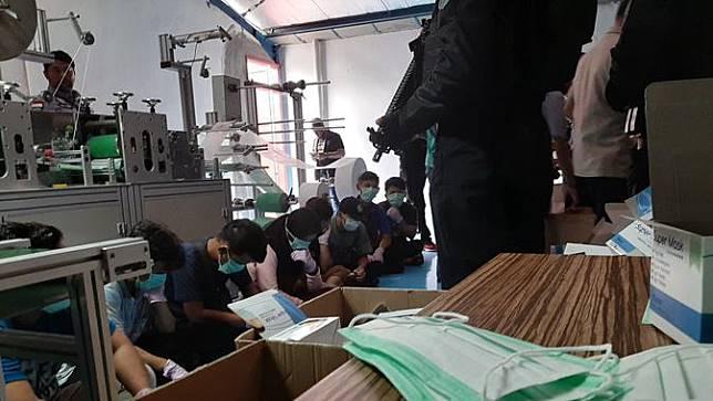 Polisi gerebek pabrik penimpun masker di Cilincing, Jakarta. (Liputan6.com/Ady Anugrahadi)