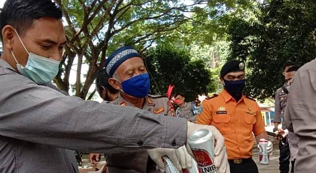 Polres Raja Ampat saat musnahkan ratusan minuman keras di Waisai, ibukota kabupaten Raja Ampat, Kamis (6/5). Foto: Antara