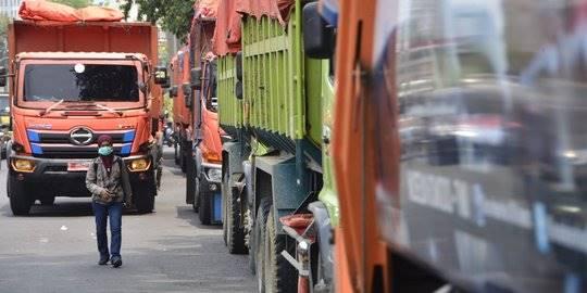 Dishub Bekasi hentikan truk sampah Pemprov DKI. ©2018 Merdeka.com