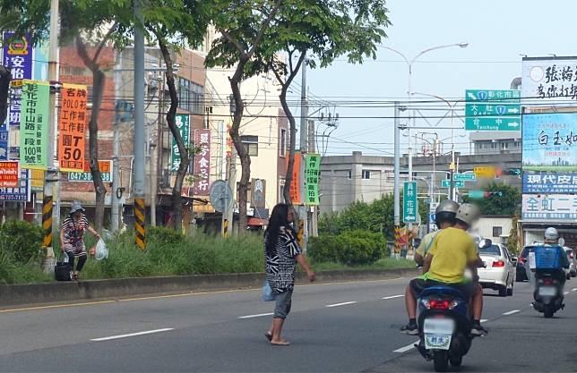 行人不走斑馬線,擅自穿越馬路除要吃上罰單,也很危險。圖/聯合報系資料照片