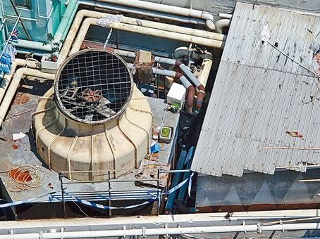 赤裸女子陳屍大廈平台冷氣水塔旁邊渠管下罅隙。