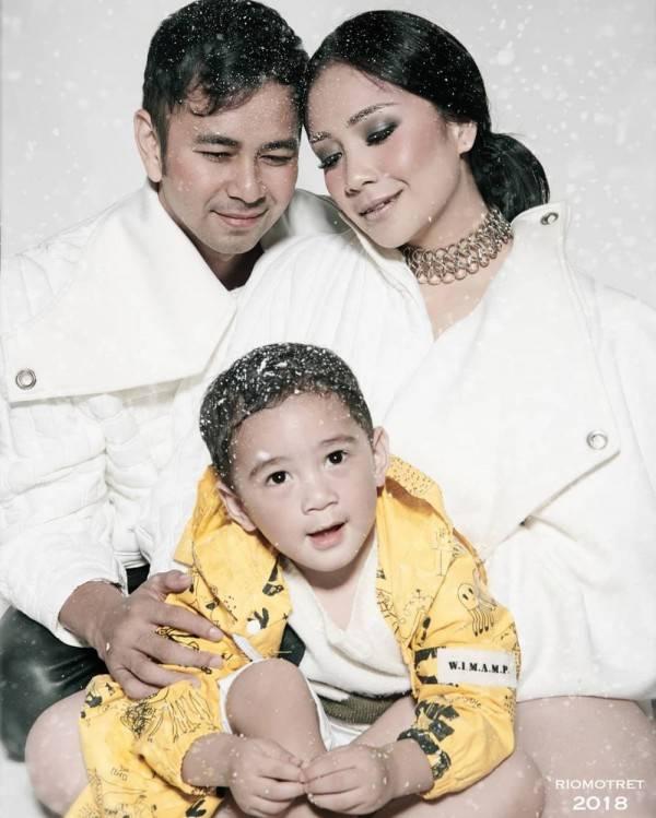 10 Ide Foto Keluarga Kekinian Ala Artis Indonesia Karya Rio Motret