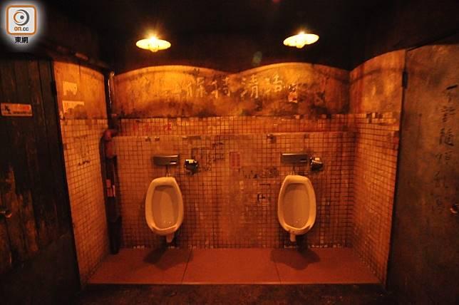 最厲害是連廁所都做出了「城寨」三不管的爛熔熔格調。(劉達衡攝)