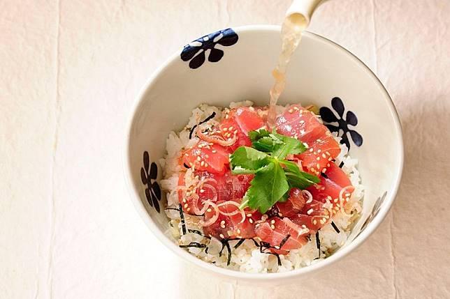 醃吞拿魚魚夫風茶泡飯內裏放有大量經醃製的新鮮吞拿魚肉,配上茗荷及鴨兒芹等配料,香味四溢。(互聯網)