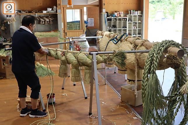 入館內可參觀當地技師如何為神社製作大型的注連繩。(劉達衡攝)