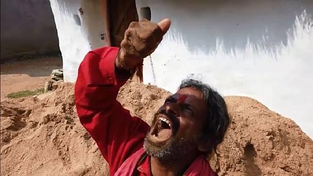 印度1名神人竟然每天吃土1公斤,還連續吃了20年。(圖/翻攝自臉書粉絲團)