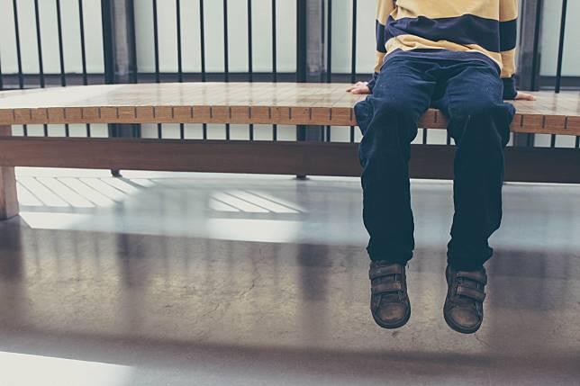 ▲小弟弟從溜滑梯上跌落,左側大腿骨折(圖非當事人)。(示意圖/取自 Unsplash )