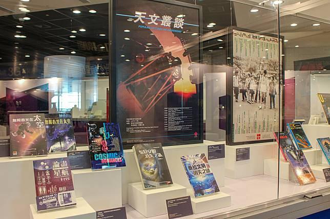 香港科幻會會長李偉才的多本著作。