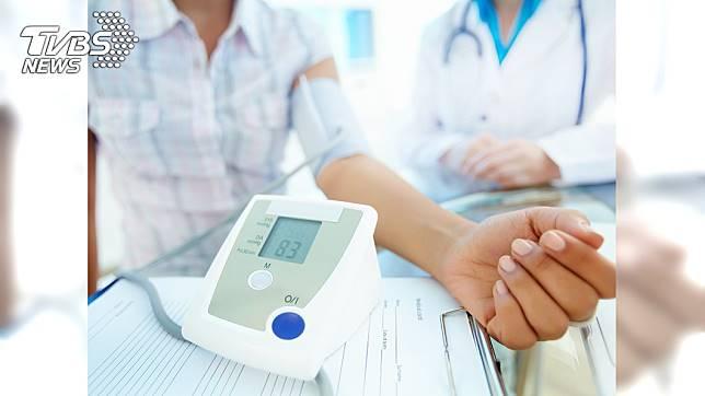 醫師提醒,若患有高血壓務必要定期量血壓。示意圖/TVBS