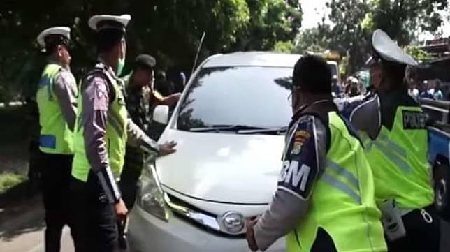 ILUSTRASI - Pengemudi tabrak polisi saat Operasi Zebra. [Youtube]