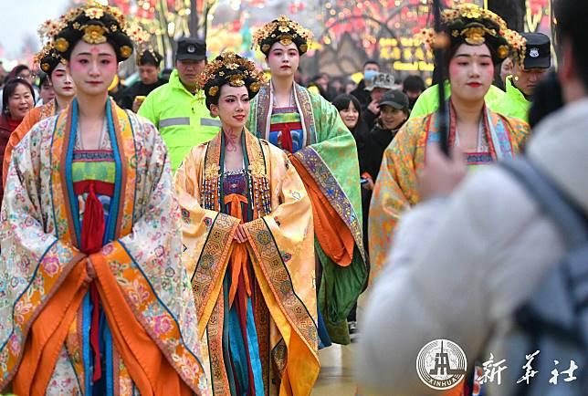 งามพริ้งพรายง่ายดายเหลือใจ! แม่หญิงในซีอัน สร้างสีสันวันตรุษจีน