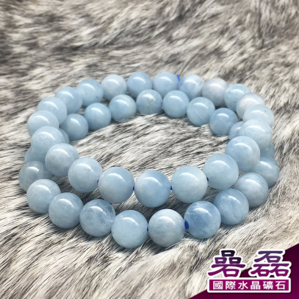 """【礦石特色】 海藍寶與我們常說的藍寶石是兩種完全不同的類別,與祖母綠和摩根石同屬綠柱石家族。海藍寶的英文名為Aquamarine。其中,""""Aqua""""是水的意思,""""Marine""""是海洋的意思。傳說中,在"""